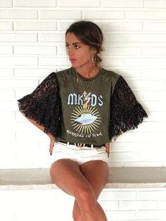 T-shirt Khaki UFO e manica in pizzo nero - Moda Look Fashion, Diy Fashion, Fashion Outfits, Fashion Trends, Cut Shirts, Cool T Shirts, Remake Clothes, Diy Mode, T Shirt Diy