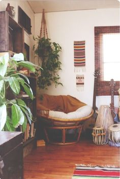 Elements I want in the family/music room (plants, papasan chair, colorful rug, boho, instruments) Style Me Pretty Living, Papasan Chair, Living Spaces, Living Room, Small Living, Deco Design, Design Design, Design Ideas, My New Room