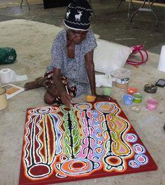 Judy Watson Napangardi est un petit bout de femme d'une énergie incroyable que l'on retrouve dans son œuvre, toute entière dédiée à son site spirituel, Mina Mina, ensemble de lacs salés et lieu d'une extrême importance pour son peuple, les Warlpiri. La... Aboriginal Painting, Aboriginal Artists, Dot Painting, Indigenous Australian Art, Indigenous Art, Artist Art, Artist At Work, Art Premier, Modern Art Paintings