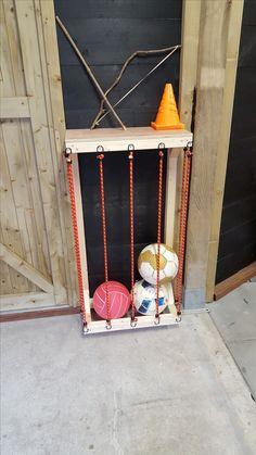 Hoppa, geen rond slingerende voetballen meer in de schuur. Eindelijk. Handig rek met Jorn gemaakt voor de ballen met wat balken van de Formido en snelbinders van de Action. En ze kunnen zelf de ballen opruimen.