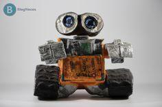 """Esta representação do WALL-E foi feita em setembro de 2009. Ao longo do tempo foi sofrendo alguns melhoramentos sendo agora um reprodutor áudio.Materiais:Cartão.Arame.Papel de cozinha.Papel de jornal.Cola Branca.Água.Recipientes.X-ato.Fita cola.Caixa de pintarolas.Coluna de som.Conectores Jacks e fio.Estanho.Ferro de Soldar.Pinturas acrílicas e pincéis.Para Saber Mais:""""WALL·E é um filme de animação americano de 2008 produzido pela Pixar Animation Studios e dirigido por Andrew Stanton. A..."""