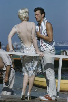 American actors Marilyn Monroe and Tony Curtis pictured together on location near San Diego, California during production of the film 'Some Like It Hot' in Marilyn Monroe and Tony Curtis play. Get premium, high resolution news photos at Getty Images Hollywood Stars, Hollywood Icons, Hollywood Actresses, Hollywood Boulevard, Hollywood Actor, Hollywood Glamour, Vintage Hollywood, Classic Hollywood, First Ladies