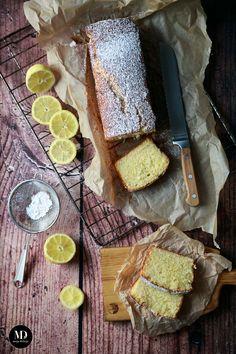 Proste i szybkie ciasto cytrynowe, które przygotujecie bez użycia miksera. Mięciutkie, wilgotne, sprężyste. Idealne do popołudniowej kawki. Idealne, kiedy mają zjawić się niespodziewani goście. Ciasto piekę w standardowej keksówce, ale sprawdzi się również forma na babkę (czas pieczenia może wówczas ulec zmianie). Z kolei z połowy porcji możecie upiec Cytrynowe Muffiny :) Ciasto cytrynowe posypuję cukrem…