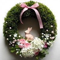 Green moss crown for spring or Easter. Easter decoration with a rabbit, flowers, egg. Natural spring wreath with moss Easter. Coronites and garlands o. Easter Flower Arrangements, Easter Flowers, Easter Wreaths, Holiday Wreaths, Christmas Decorations, Bridal Shower Wreaths, Diy Spring Wreath, Easter Table, Easter Crafts
