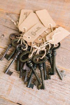 auch ein Hochzeitstrend: alte Schlüssel als Namensschild oder TIschkarte