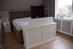 Tv lift meubel aan voeteneinde bed | tv lift meubels | Pinterest ...