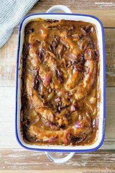 Die beste Zwiebesoße der Welt! Mit Bratwurst und Kartoffelbrei ein Traum. #bratwurst #kartoffelbrei | malteskitchen.de