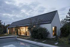 Fotka článku Gable House, House Roof, Garden Architecture, Residential Architecture, Bratislava, Cabin Design, House Design, Tiny House, Truss Structure