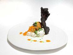Lomo de merluza elaborada en salsa koskera, centollo y crujiente de coral. Reserva online en EligeTuPlato.es