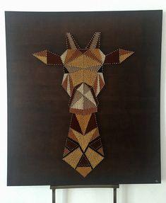La Girafe - String art - Art filaire : 420 mètres de fil à coudre  Gutermann  utilisé ( 3 déclinaisons de marron, jaune ocre, jaune moutarde et noir ) et 920 pointes argentées clouées sur planche de bois vernie style  Rustique . Dimensions : 95cm par 85cm Prix : 180 euros.