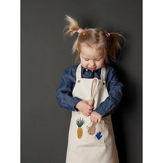 Bake bake cakes and whoops what goes wrong. No problem with the beautiful and simple Fruiticana childrens apron by Ferm Living. The apron has a loop Kids Store, Baby Store, Our Kids, Diy For Kids, Ferm Living Kids, Dressing Design, Childrens Aprons, Kids Apron, Baby Kind