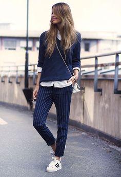 Street style look com calça risca de giz alfaiataria com sueter mais camisa branca tenis Adidas