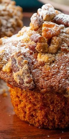 Pumpkin pecan crumble muffins are soft and moist and are topped with sweet cinnamon pecan topping. Pumpkin pecan crumble muffins are soft and moist and are topped with sweet cinnamon pecan topping. Köstliche Desserts, Delicious Desserts, Dessert Recipes, Yummy Food, Health Desserts, Plated Desserts, Muffins Blueberry, Streusel Muffins, Best Pumpkin Muffins