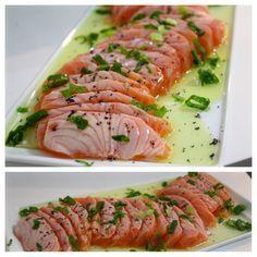 Sashimi de Salmão Maçaricado Super saboroso, muito leve e bem fácil de preparar Sashimi pode ser um antepasto. Tradicionalmente servido com lâminas de peixe crú. A fama desta iguaria, ganhou novas combinações de sabores nos cardápio dos concorridos restaurantes japoneses. Dentre essas variações o sashimi maçaricado de salmão é com certeza um dos mais apreciados. http://www.montaencanta.com.br/entrada-e-acompanhamentos/sashimi-de-salmao-macaricado/