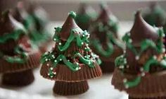 Easy Christmas Tree Candy. Miniature Reese's Cups,  Big Reese's Cups, min Resses cup, Hershey's kisses, green icing, sprinkles... IN THAT ORDER. Use tiny bit of icing between each candy to hold together.