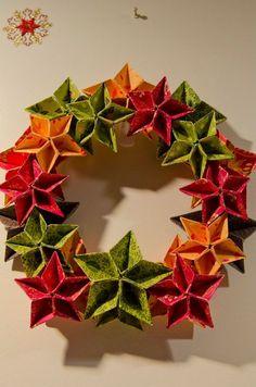 Weihnachtskranz aus Papiersternen in grün, rot und orange: