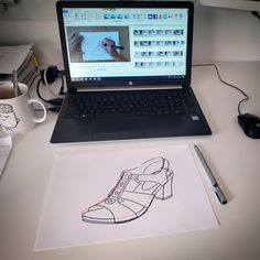 Siempre queriendo ofrecer el mejor contenido a nuestros alumnos de calzado. 👩🏫  Este es el momento en el que se editaba el vídeo-tutorial de diseño de una sandalia. 🖥️👡  ¿Quieres aprender a diseñar calzado? TE ENSEÑAMOS 👠  Más información en el link de la imagen ↖️