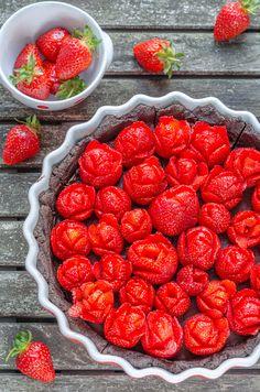 vegan no-bake Oreo Chocolate Tarte & Strawberry Roses