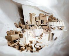Erika Dueck, titre inconnu.  Artiste canadienne (Manitoba) explorant le rapport entre l'ordre et le chaos, l'art et la consommation. Voyez-vous la séquence Fibonacci dans ces boîtes?