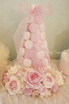 124//ピンク×ホワイトの2色のマカロンタワー。ピンクがテーマカラー、おリボンモチーフもウェディングのテーマとされているとのことで、こちらのデザインになりました♪