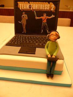 Bolo de Aniversário - menino a jogar computador