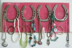 Horseshoe jewelry holder - easy to make - many uses - cute! Horseshoe Projects, Horseshoe Crafts, Horseshoe Art, Horseshoe Ideas, Do It Yourself Upcycling, Horseshoe Jewelry, Ideas Prácticas, Decor Ideas, Jewelry Hanger