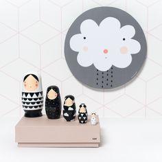 Matrioskas de madera en blanco y negro diseñadas por el estudio de diseño Sketch Inc - Minimoi