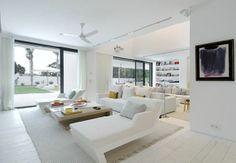 Ruime woonkamer met witte vloer.