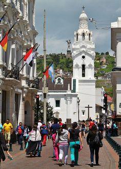 Calle de las Cruces en el centro histórico de Quito en Ecuador