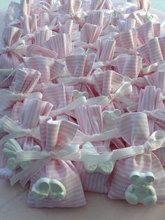 Originali sacchetti per confetti realizzati interamente a mano, decorati con simpatici gessetti in forme diverse (orsetto, ciuciotti, carrozzina, scarpette, biberon)