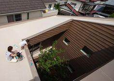 """舞田恵子建築設計事務所による住宅""""House J""""は、「閉鎖的でありながら明るく広々とした家」という相対する要望を実現した、若い夫婦と彼らの2人の子供達の為の住宅である。"""