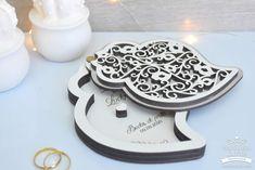 Porta-alianças coração de viana branco para casamentos Sandro, Dog Bowls, Decorated Picture Frames, Weddings