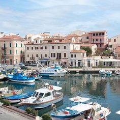 Hafen auf der Inselgruppe La Maddalena in #Sardinien - Costa Smeralda #Mittelmeer #Segeln #Segelurlaub #Sommer