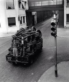Robert Doisneau. Transport de pneus dans l'enceinte de l'usine. Renault Factory. 1950