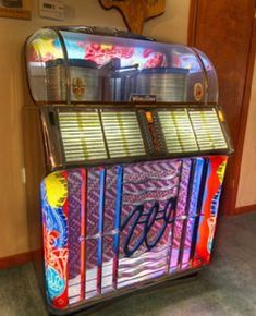 Late 1940's, Early 1950's Wurlitzer Model 1550a Jukebox. Played 78 RPM Records.