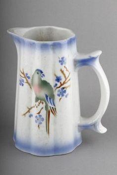 Forssan museo 6678:33. Arabian CB-mallin kannu Papukaija nimisellä koristekuviolla. CB-malli suunniteltiin tuotantoon 1940-luvun alussa. Papukaija-koristekuvion arvellaan olevan vuodelta 1941. Tom Of Finland, Glass Ceramic, Chocolate Pots, Pottery Vase, Coffee Cups, Tea Pots, Porcelain, Ceramics, Mugs
