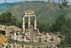 El ORÁCULO DE DELFOS fue un gran recinto sagrado dedicado principalmente al dios Apolo que tenía en el centro su gran templo, al que acudían los griegos para preguntar a los dioses sobre cuestiones inquietantes. Situado en Grecia, en el emp  lazamiento de lo que fue la antigua ciudad de Delfos, al pie del monte Parnaso, consagrado al propio dios y a las musas, en medio de las montañas de la Fócida, a 700 m sobre el nivel del mar y a 9,5 km de distancia del golfo de Corinto.