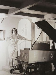 WILLIAM HAINES JOAN CRAWFORD'S best gay friend, replaced this gilded piano with a white Steinway grand, after Joan's marriage to Douglas Fairbanks Jnr ended. From the book CLASS ACT William Haines Legendary Hollywood Decorator (minkshmink) Old Hollywood Stars, Old Hollywood Movies, Old Hollywood Glamour, Hollywood Fashion, Golden Age Of Hollywood, Hollywood Regency, Vintage Hollywood, Classic Hollywood, Hollywood Music