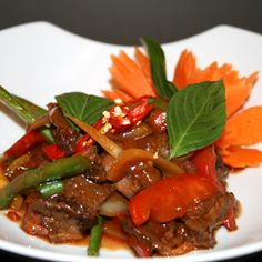 ** PAD KAPRAW NUA - SAUTES THAI AU BASILIC (BOEUF) Bœuf sauté au basilic, poivron rouge, poivron vert, oignons    Fried chicken or beef or shrimbs with basil, sweet red and green peppers in oyster sauce