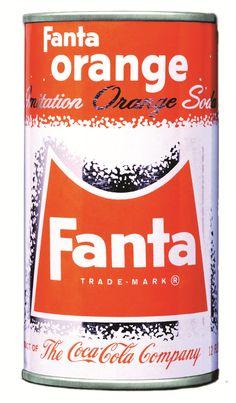 (Coke Code 21) 코카-콜라에는 전 세계에서 3,500가지의 다양한 제품이 판매되고 있습니다.  코카-콜라 다음으로 출시된 최초의 음료는 무엇일까요?  정답은 '환타'입니다.  1955년 출시되었습니다.  (참고: 코카-콜라 , 환타, 미닛메이드, 스프라이트, 파워에이드 순)