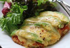 Filetes de pollo a la parmesana con aguacate y queso