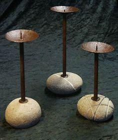 Candelabri in ferro e sassi di fiume