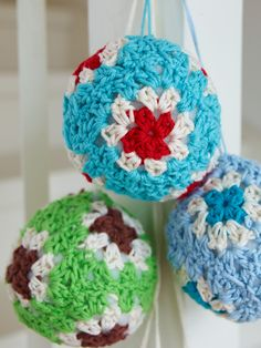 I was thinking about making something like these for our Christmas tree...  Crocheted granny balls, tutorial in Swedish by Sanna & Sania