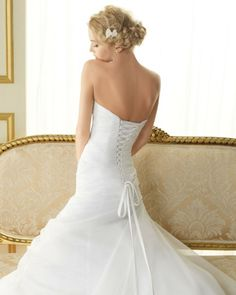 104 TALENTO / Wedding Dresses / 2013 Collection / Luna Novias (close up back)