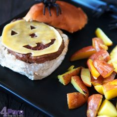 Cheeseburger with homemade oven fries - 4Pure #halloween
