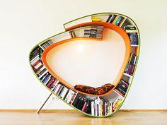 Libreria di design con ripiani in legno finitura wenge\', fondo in ...