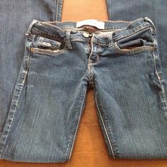 Dark wash Hollister jeans Size 0 short, 27 inch inseam, slight fading on back pockets as shown, and slight wear on bottom as shown in pictures as well Hollister Jeans