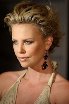 See the best hairstyles of Charlize Theron on the images below and get inspired for your own. - Page 4