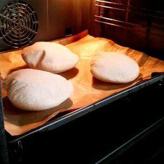 SWE/ PITABRÖD Hemmabakade pitabröd är så gott! Ladda frysen och värm när det är dags att äta. Finns inget godare än att öppna upp brödet och fylla dem med något gott.