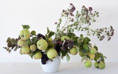 Louesa Roebuck quince and thyme flower arrangement, Gardenista Hyacinth Flowers, Edible Bouquets, Floral Bouquets, Diy Hanging Shelves, Diy Home Decor Projects, Mason Jar Diy, Flower Crafts, Grape Vines, Floral Arrangements